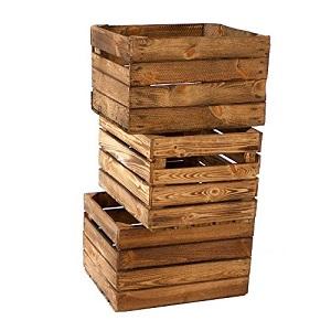 Drei Holzkisten übereinander gestapelt.