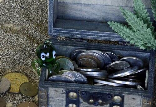 In einer Schatztruhe bewahrt man ein Geschenk aus Geld sehr einfach auf. Auch für Kinder geeignet.