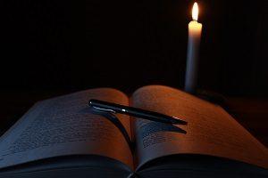 Eine schwarze Abendstimmung mit Buch.