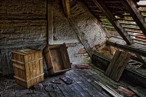 Verlassene Holzkisten in einem Dachgeschoss.